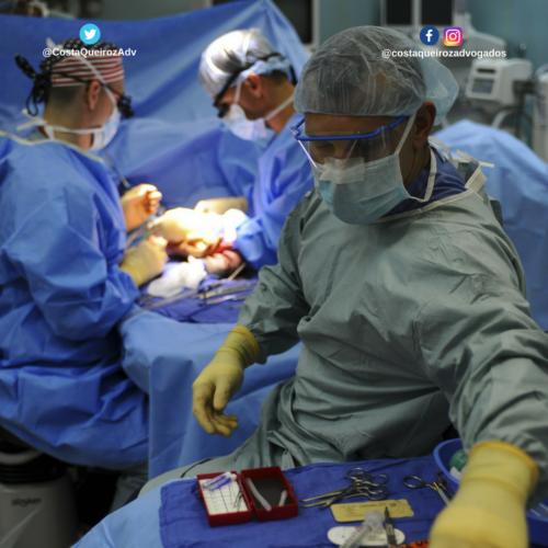 Plano de saúde deve realizar cirurgia de reconstrução mamária para inserção de próteses