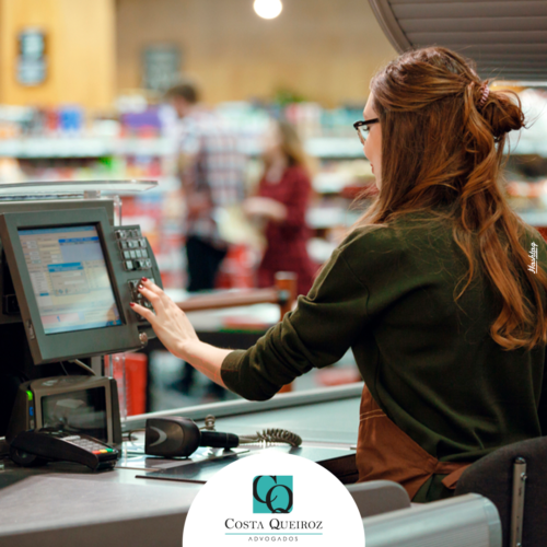 TRT-3ª – Caixa de supermercado obrigada a trabalhar com uniforme molhado será indenizada