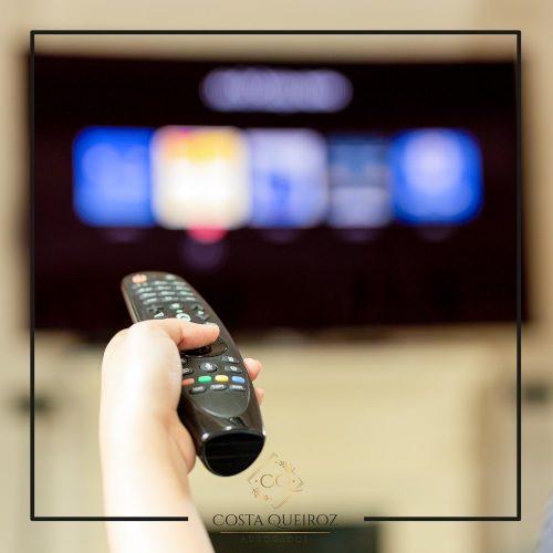 Consumidor deve ser indenizado por interrupção do sinal de TV antes de jogo